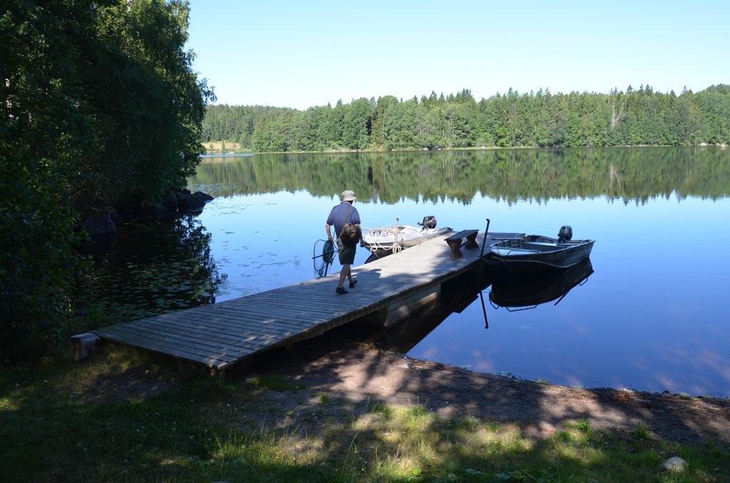 tata nad jeziorem na pomoście